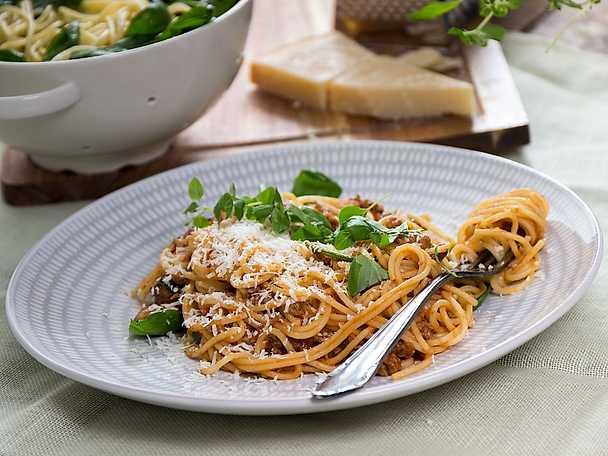 Supersnabb pasta bolognese med spenat- och paremsanpasta