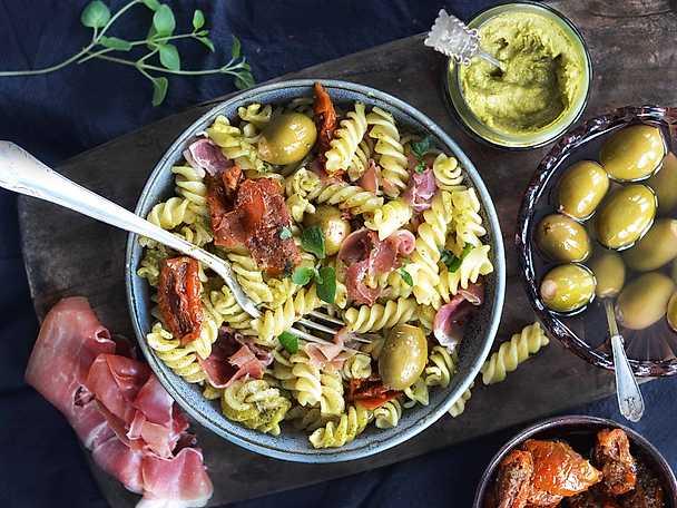 Supersnabb pastasallad med pesto och serrano