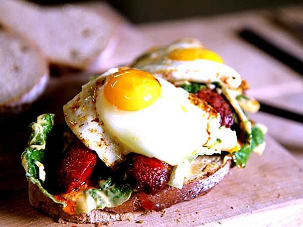 Surdegsmacka med ägg och chorizo