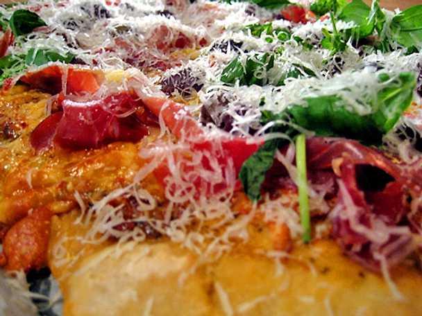 Surdegspizza med serranoskina och oliver