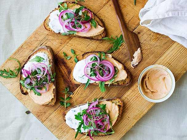 Surdegstoast med kalkonmousse, örtkräm och picklad lök