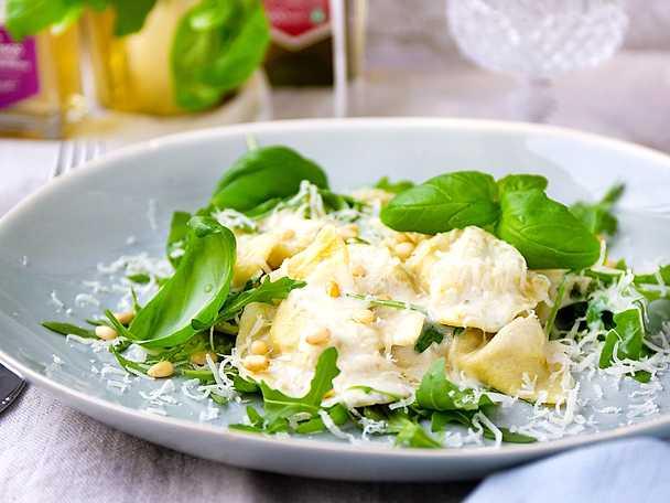 Svampfylld ravioli med och vitt vin och parmesan