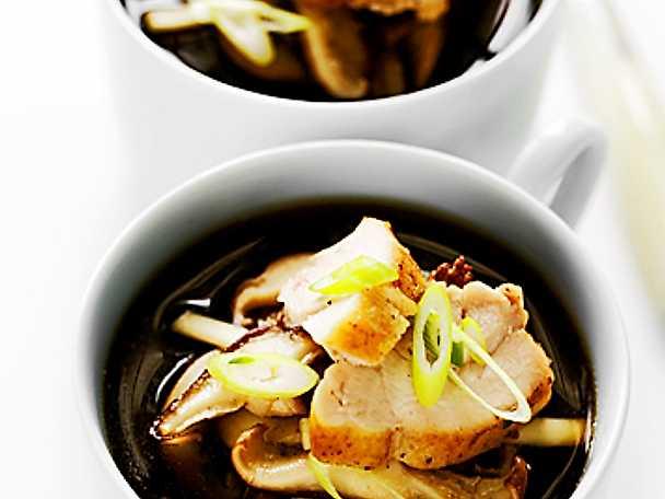 Svampsoppa med udonnudlar och kyckling