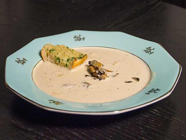 Svampsoppa med vitlöksbaguette
