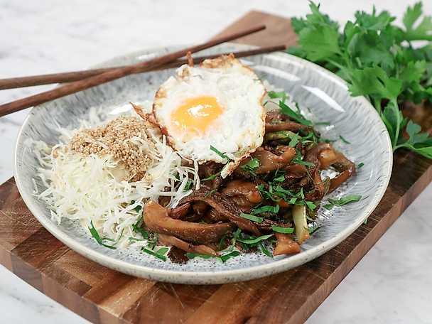 Svampyakiniku med kål och ägg