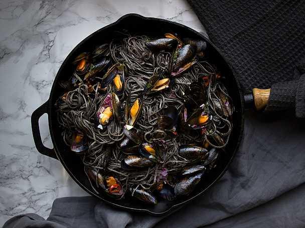 Svart pasta med vitvinskokta musslor