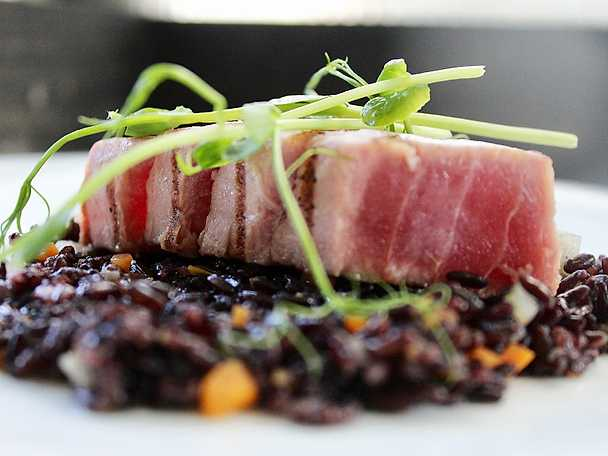 Svart ris med halstrad tonfisk