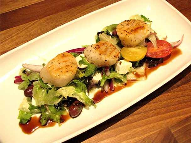 Svartpeppargrillade pilgrimsmusslor med grekisk sallad