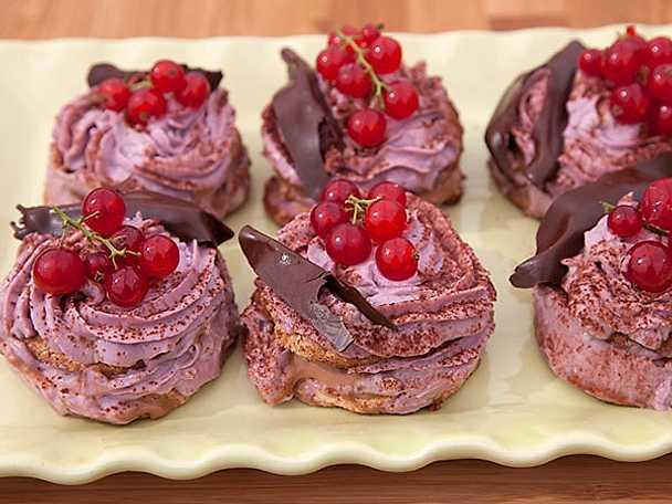 Svartvinbärsfyllda chokladtorn på dacquoisebotten