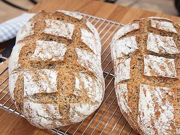 Svenskt bondbröd med nässlor och fänkål