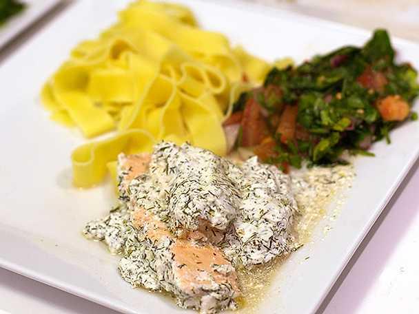 Syrlig lax med pasta och tabbouleh