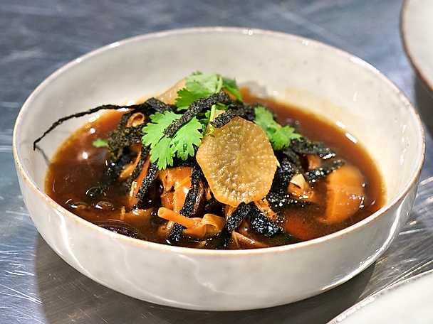 Syrlig och het soppa med fläskkarré