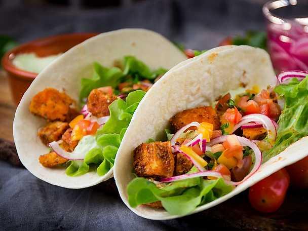 Tacos med halloumi, avokadokräm och picklad lök