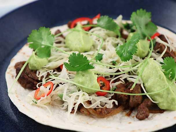 Tacos med strimlad biff, kålsallad och avokadokräm