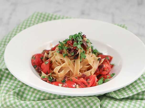 Tagliatelle med tomat, vitlök, kapris och oliver