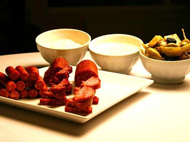 Tapasbricka med svenska korvar, marinerade grönsaker, cheddarostdipp och sötstark yoghurt