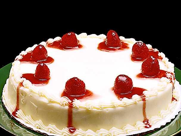 Tårta med vit glasyr och jordgubbar