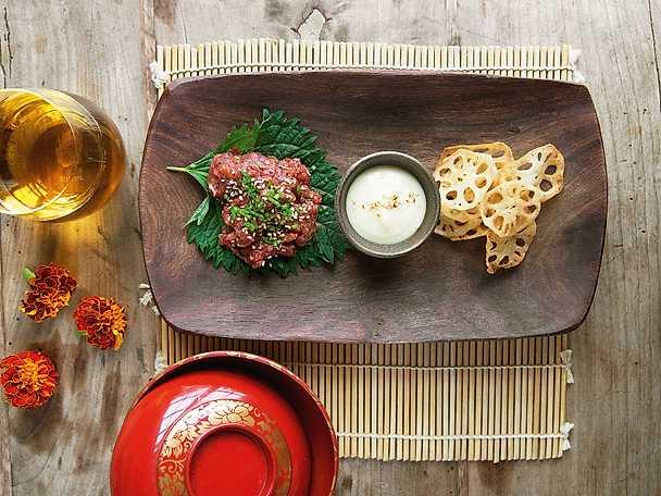 Tartar på oxfilé med misomajaonnäs och lotusrotchips