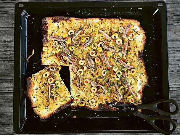 Tarte flambée med sardeller och oliver
