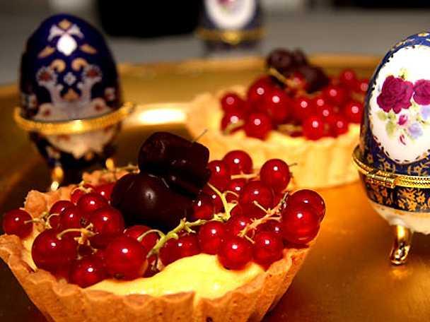 Tartletter med lemon curd, vinbär, chokladkycklingar och bladguld
