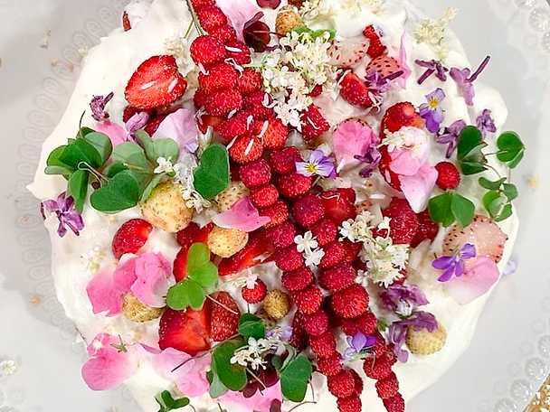 Teas midsommartårta med fläder och jordgubbar