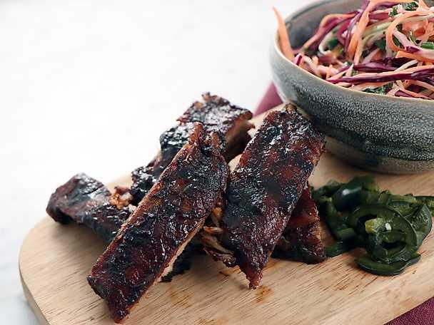 Texas ribs med coleslaw och picklad jalapeño