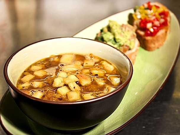 Thaiinspirerad kryddig ananas och linssoppa