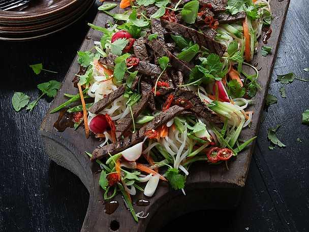 Thailändsk biffsallad med risnudlar och lövbiff