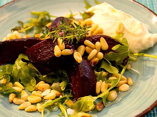 Timjanrostade rödbetor med chèvrecrème, pinjenötter och rucola