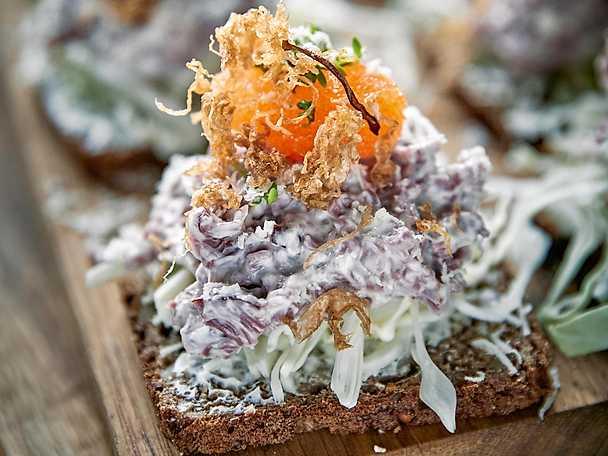 Toast Lappland med rökt renkött, löjrom och friterad surkål