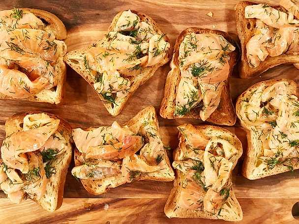 Toast med citrondressad rå lax