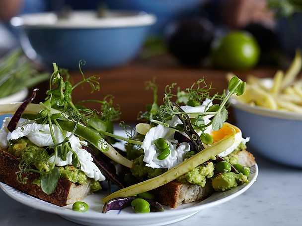 Toast på grillad avokado med krispig bönsallad och pocherat ägg