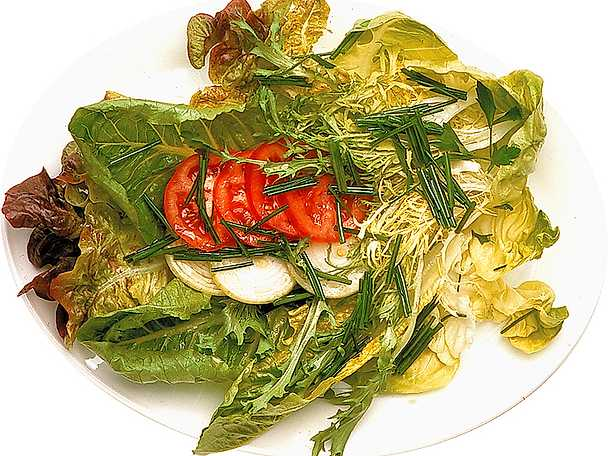Tomatsallad med gräslöksvinägrett