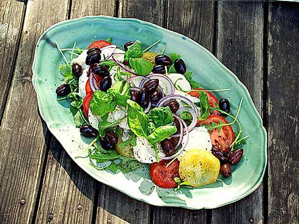 Tomatsallad med mozzarella och oliver