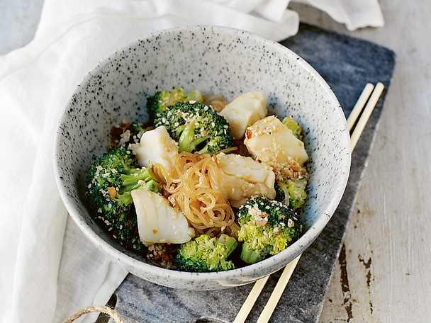 Torsk med fitnessnudlar och broccoli