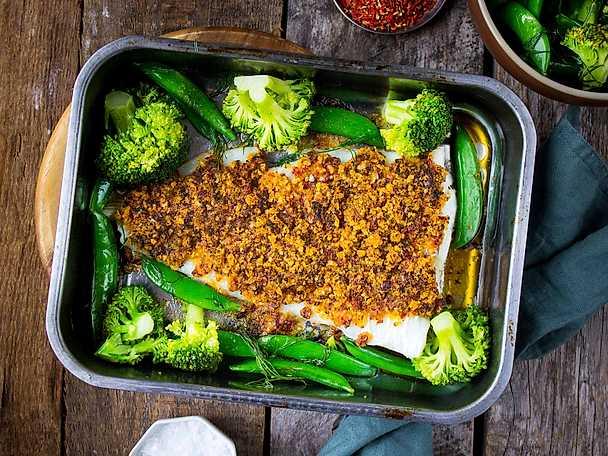 Torsk med frasigt bruschettatäcke, serveras med smörslungad broccoli