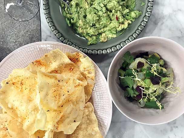 Torskceviche med avokado och friterade wontonark