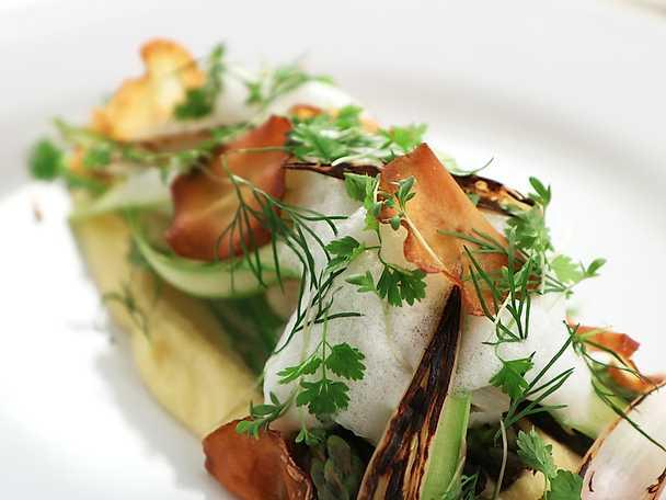 Torskflakes med äggkräm, tryffelskum och variation på grön sparris