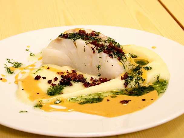 Torskrygg med pancetta, skaldjurssås och dillolja