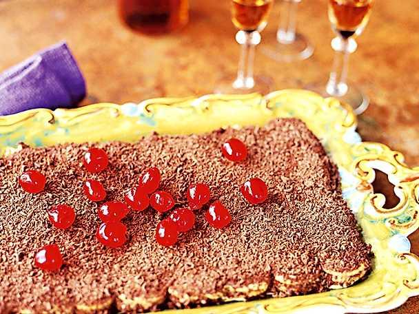 Torta con cioccolata e ciliegie candite