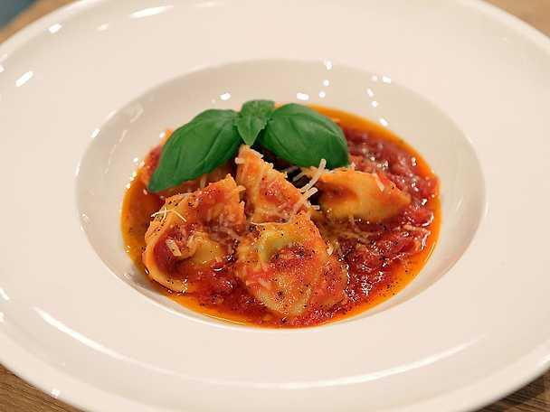 Tortellini med ricotta och basilika i tomatsås