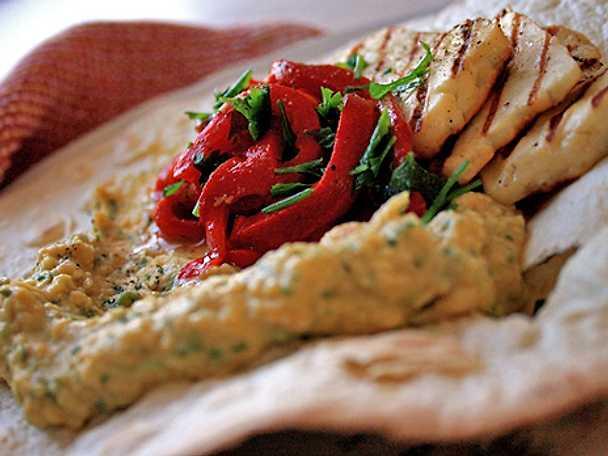 Tortilla med grillad paprika, hummus och halloumi