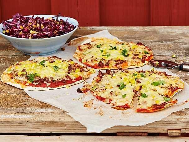 Tortillapizza med smak av berbere och rödkålssallad