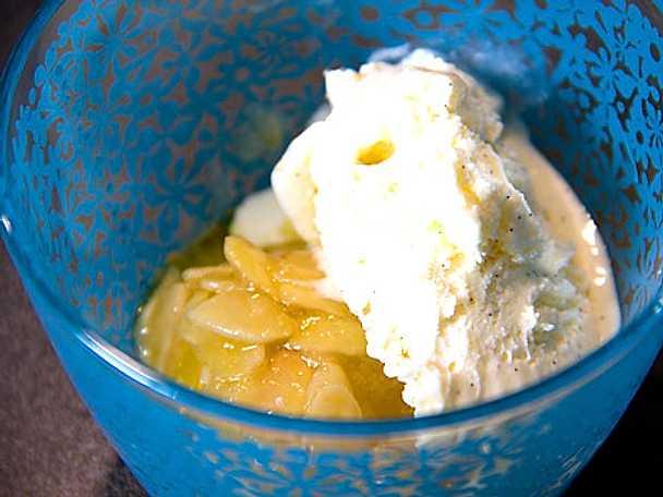 Toscagratinerade persikor med vaniljglass