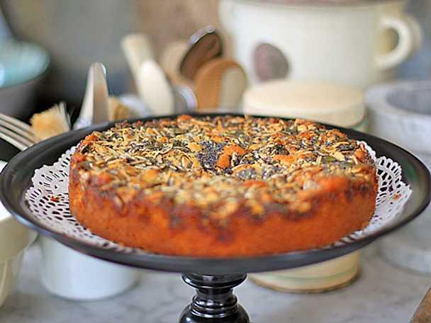Toscakaka med färska persikor