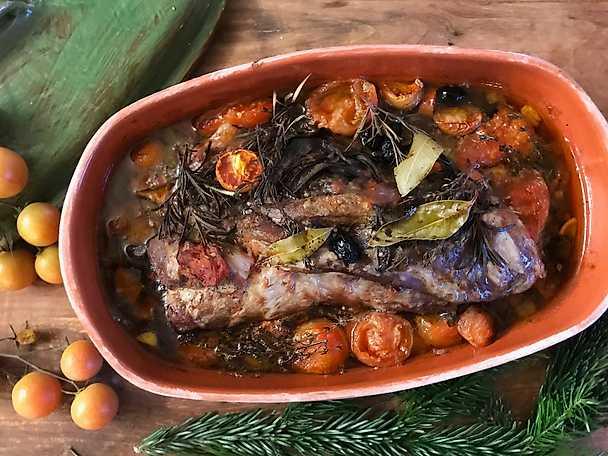 Toskansk gris med rött vin, örter och tomat