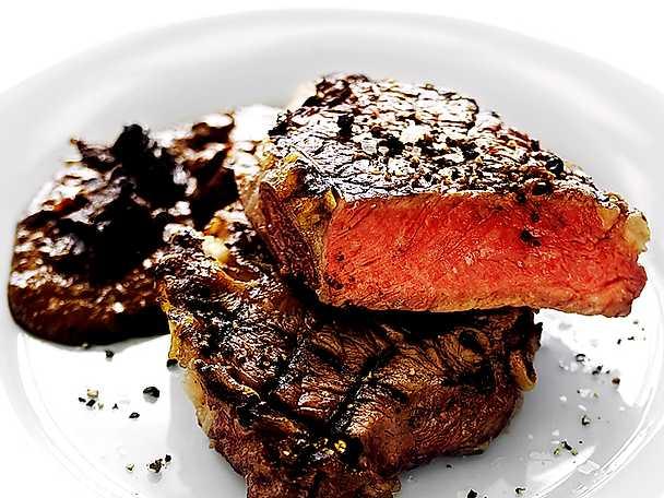 Träkolsgrillad biff med BBQ-sås