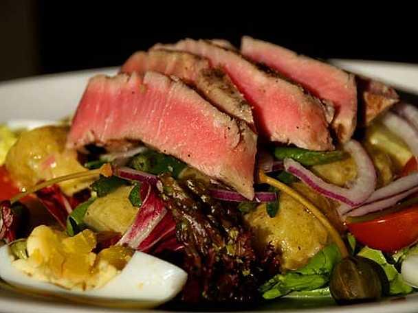 Trancherad färsk grillad tonfisk