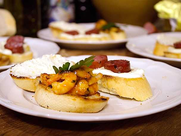 Tre små brödbitar med spanskrelaterad topping