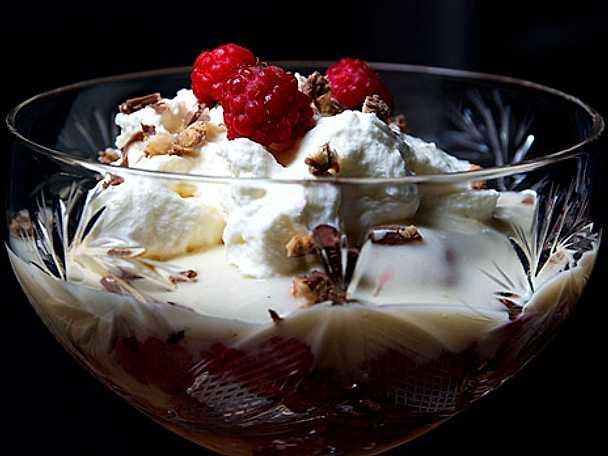 Trifle med rulltårta och marsansås